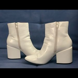 FASHIONABLE WHITE BOOTIES